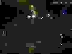 Giật mình khoảnh khắc em bé một mình bò ra đường quốc lộ giữa đêm tối