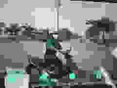 """Đi ngược vòng xuyến, xe máy lĩnh hậu quả vì kiểu chạy xe """"khôn lỏi"""""""