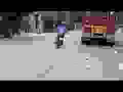 Xe máy lạng lách rượt đuổi xe container như phim hành động gây phẫn nộ