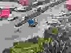 Không giảm tốc độ khi vào cua, xe container lật nghiêng xuống đường