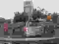 Lái xe không quan sát hất ngã người đi xe máy, tài xế còn thể hiện thái độ