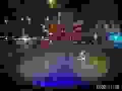 Chạy xe máy làm rơi người ngồi sau xuống đường mà không hay biết