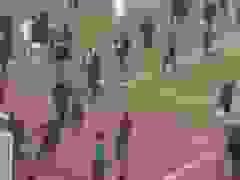Cầu thủ bay người đạp vào ngực trọng tài sau khi đội nhà thua trận