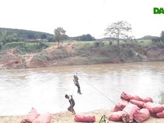 Hãi hùng cảnh người dân treo mình qua sông