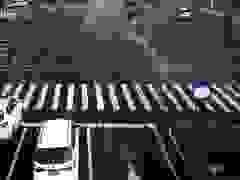 Ô tô thoát nạn trong gang tấc khi gặp xe trộn bê tông mất lái rồi lật ngang
