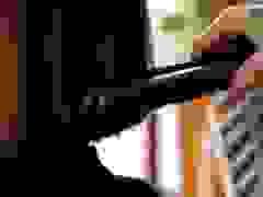 Nữ chủ quán cắt tóc bằng 1 tay và chuyện đời đầy nước mắt