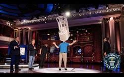 Kỷ lục Guinness thế giới của người đàn ông giữ thăng bằng khi mang 15 chiếc ghế trên cằm.