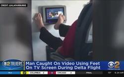 Một trường hợp lướt màn hình TV trên máy bay bằng chân bị dân mạng ném đá trước đó.