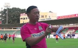 Bác sĩ Lâm giới thiệu về sản phẩm khẩu trang và xịt kháng khuẩn khẩu trang dùng cho các cầu thủ.