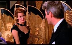 """4. """"Pretty Woman"""" (1990): Nhân vật của Julia Roberts vật lộn với món ốc sên"""