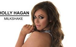 Holly Hagan trổ tài ca hát