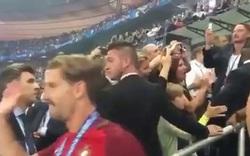 C.Ronaldo ôm chặt lấy Sir Alex Ferguson sau nhận cúp vô địch