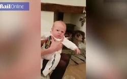 Em bé phản ứng hài hước khi bố hắt hơi