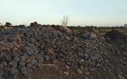 Cận cảnh những bãi đá lớn nằm nằm trên cánh đồng ruộng