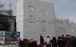 """Bất chấp cái lạnh dưới 0 độ C, hơn một triệu du khách vẫn """"đổ xô"""" đập vỡ băng để câu cá"""