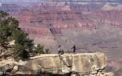 Thót tim khoảnh khắc cô gái suýt trượt chân ngã xuống Grand Cranyon khi chụp ảnh