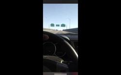 """Vừa lái xe tốc độ 100 dặm/giờ vừa livestream, """"anh hùng xa lộ"""" gặp kết đắng"""