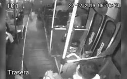 Cướp xe buýt bất thành vì chưa kịp rút súng đã tự bắn vào chân