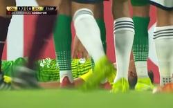 Emanuel Adebayor nhận thẻ đỏ khi tung cước đạp thẳng mặt đối thủ