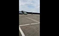 Cậu học sinh nhờ bố mẹ lái hẳn trực thăng đưa sách giáo khoa đến trường