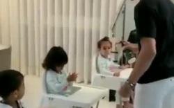 Ronaldo dạy các con cách sử dụng dung dịch rửa tay