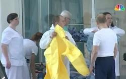 Ông Putin mặc đồ bảo hộ thăm bệnh nhân Covid-19