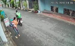 Camera quay lại cảnh tài xế GrabBike giật điện thoại của người phụ nữ