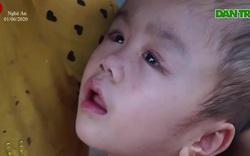 Xót xa cảnh cháu bé bị bệnh não úng thủy phải sống lay lắt.