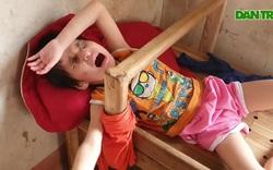 Nghẹn lòng người mẹ trẻ ôm 2 con song sinh bại não, mù bẩm sinh