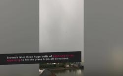 Máy bay bị 3 tia sét chập đánh cùng một lúc trên bầu trời xám xịt