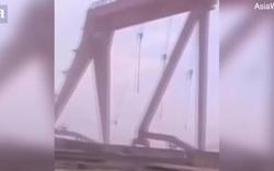 Video: Hãi hùng cần cẩu nặng 10 tấn bị gió lớn quật ngã, đổ sập xuống biển