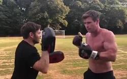 Một buổi luyện tập thể chất của nam diễn viên cơ bắp Chris Hemsworth