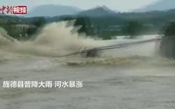 Video cầu 480 tuổi ở Trung Quốc bị nước lũ đánh sập