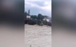 Cầu 400 năm lịch sử bị mưa lũ tàn phá nghiêm trọng