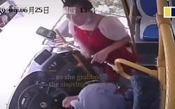 Khách Trung Quốc giằng vô lăng, đạp cửa xe bus vì lỡ chuyến