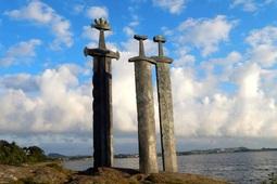 """Ý nghĩa ba thanh kiếm """"khủng"""" dựng ở ngoại ô Stavanger, Na Uy"""