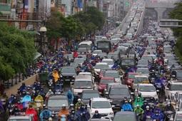 Mưa kéo dài, nhiều tuyến phố ở Hà Nội ùn tắc trong sáng đầu tuần