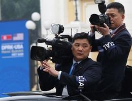 Những phóng viên Triều Tiên kín tiếng theo sát ông Kim Jong-un tại Hà Nội