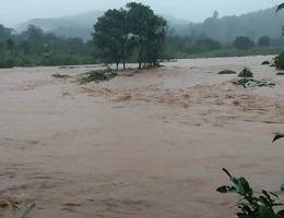 Nước lũ tràn về, 20 hộ dân vẫn đang bị cô lập