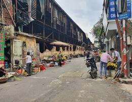Mùi ô nhiễm nồng nặc, quán cháo lòng gần công ty Rạng Đông vẫn chật kín khách