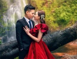 Ảnh cưới long lanh từ Nam ra Bắc của cô dâu Nam Định đeo vàng trĩu cổ, ở lâu đài 7 tầng