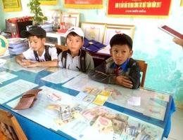 Ba học sinh nhặt được của rơi trả người đánh mất