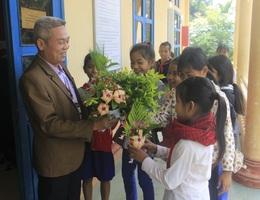 Học sinh miền núi tặng thầy cô hoa dại, sắn rừng, gạo, chuối… trong Ngày Nhà giáo