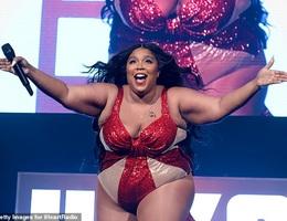 """Ca sĩ giành 8 đề cử Grammy tự tin khoe thân hình """"ngoại cỡ"""""""