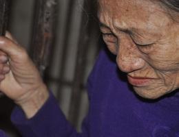 Người mẹ đau lòng khi phải nhốt con trong cũi sắt