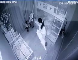 Bé gái 13 tháng tuổi bị người giúp việc cầm hai chân dốc ngược