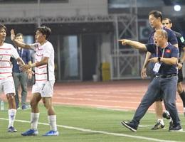 HLV Park Hang Seo phản ứng mạnh khi cầu thủ Việt Nam liên tục bị chơi xấu