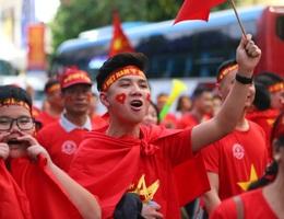 Cổ động viên Việt Nam hâm nóng bầu không khí tại sân Rizal Memorial