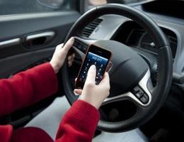 Từ hôm nay, tài xế sử dụng điện thoại khi lái xe bị phạt tới 2 triệu đồng