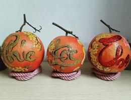 """Buôn bưởi ế ẩm, thuê người vẽ chi chít lên quả lại """"đắt như tôm tươi"""""""